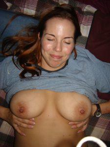 Anja Zeigt Auf Privatem Nacktfoto Ihre Brueste
