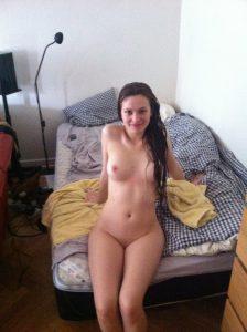 Anna Nackt Auf Dem Bett Sitzend