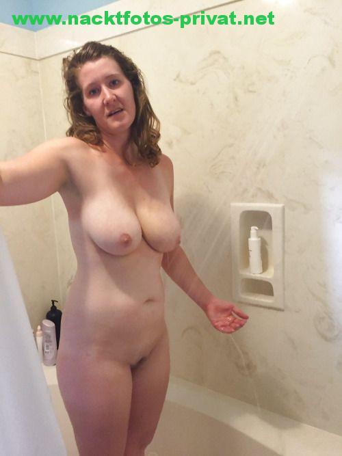 Freundin Beim Duschen Fotografiert