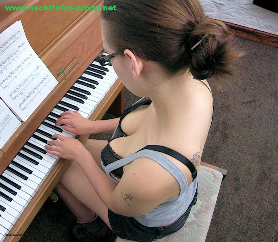 Downblouse Beim Klavier Spielen