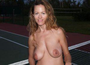 Milf Zeigt Am Tennisnetz Ihre Brueste