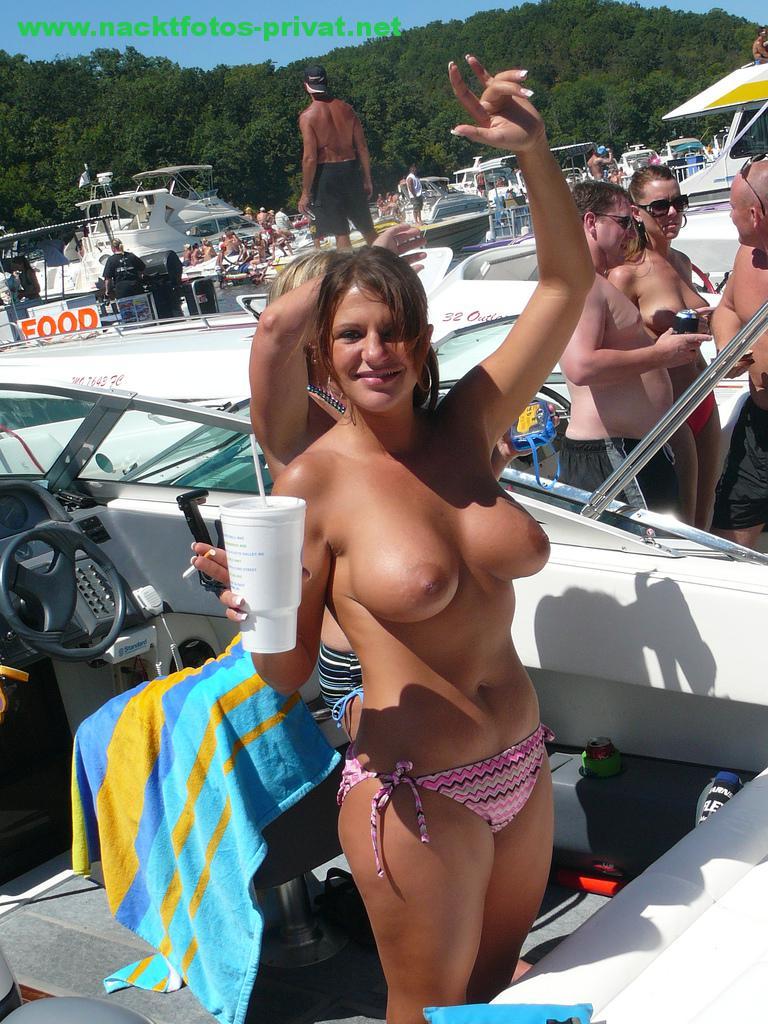 Oben Ohne Auf Einem Boot Mit Getraenk