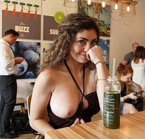 Suesse Freundin Zeigt Oeffentlich Im Restaurant Ihre Brust